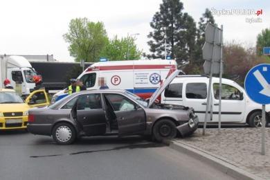 Groźne zdarzenie drogowe na rondzie