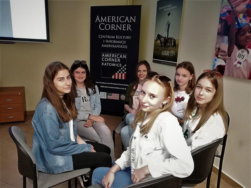 Klasa VII dwujęzyczna z SP36 z wizytą w American Corner  w K