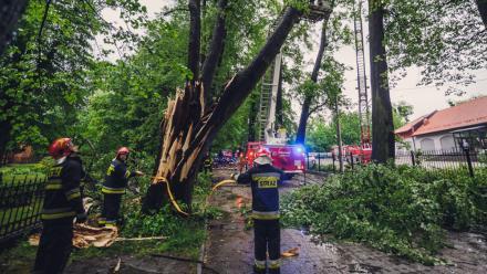 Wichura na Śląsku: uszkodzone budynki, połamane drzewa, zniszczone samochody